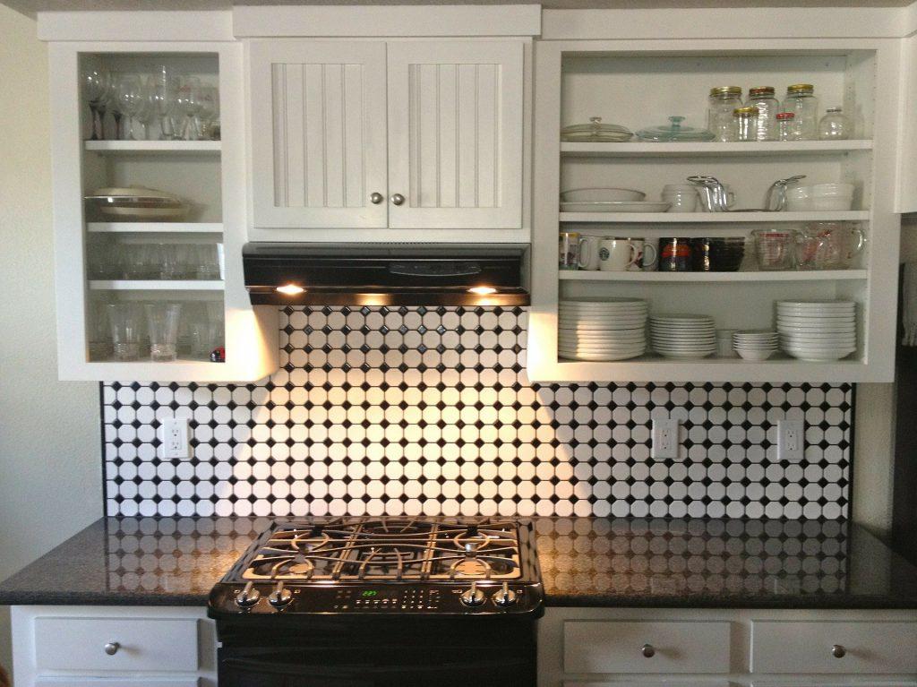 Kitchen with a black-and-white backsplash